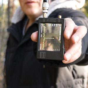 на расстоянии 200м уровень сигнала в диапазоне 27 МГц минус 43,7 дБм
